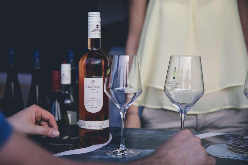 Événements de dégustation de vins et solutions technologiques pour enregistrer numériquement les vins favoris des visiteurs
